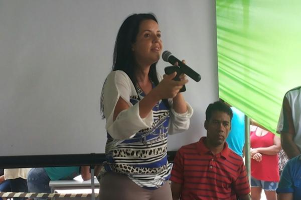 A prefeita discursa durante a inauguração do UBS, em Poço Central