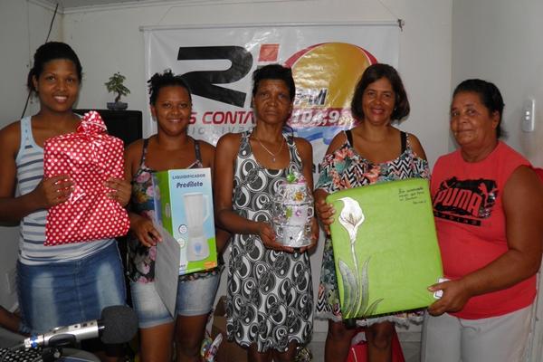 A diretora Executiva, Norma Ribeiro  ladeada pelas mães durante a entrega dos prêmios