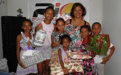 Dezenas de crianças receberam prêmios no dia Das Mães. Norma Ribeiro  fez a entrega