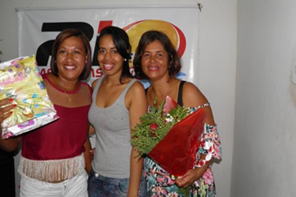 Luise Beatriz e Norma Ribeiro entregam prêmio a uma mamãe