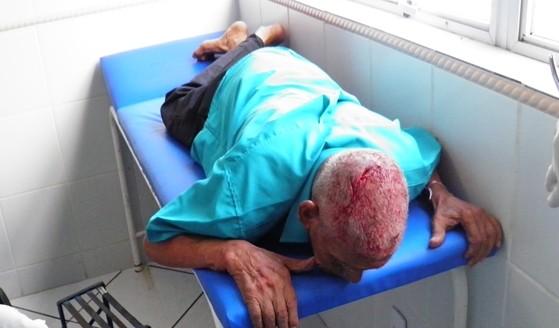 O idoso foi levado para hospital com corte na cabeça