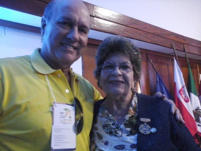 Presidente do Rotary Club de Ubaitaba, Cledenor Isaac Soares, ao lado da conterrânea, a poetisa Ceres Marylise Rebouças (Rotary Club de Itabuna)