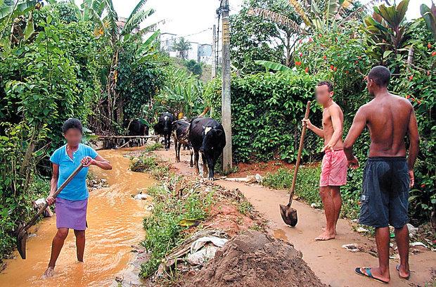 O contato com a água ou a lama proveniente das chuvas é um grave fator de contaminação da leptospirose (Foto: Divulgação/Fiocruz)