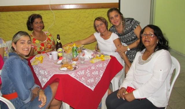 As senhoras mamães curtindo durante o coquetel (Da equerda; Fabrícia, Norma ribieiro Reijaane, Rosa e Marilene Cerqueiria