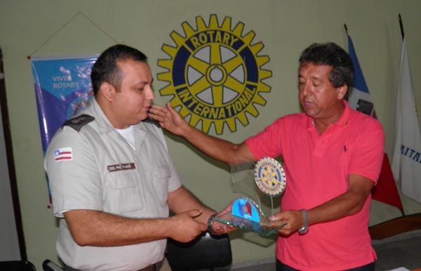 Ten. Ramos recebendo o troféu das mãos do presidente, na época, Antonio José (Careca)