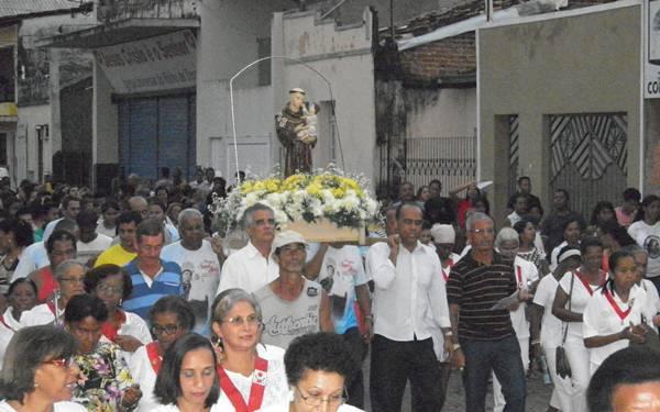Santo Antonio foi homenageado por centenas de fieis em procissão