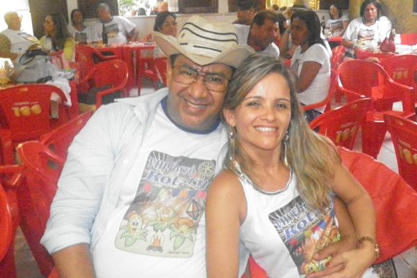 O simpático casal de Santo Antonio de Jesus  Taninha e esposo) nao parou um só instante