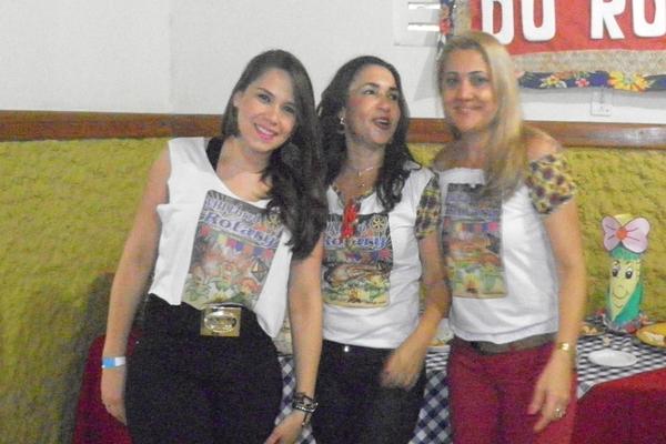 A Biomédica Flavia Paschoal ao lada da mamãe Elma e da tia Rosa, fizeram valer no forró