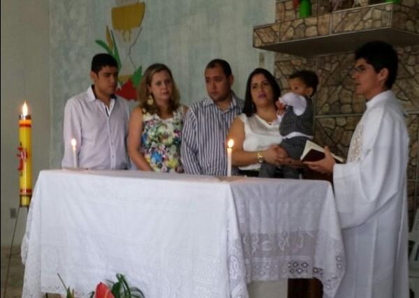 A Avó Urânia e os pais, Olivia e Elton e o padrinho no momento que o padre faz o Sacramento