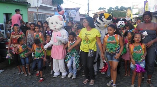 A diretora Liana ao lado da criançada desfilou pela ruas da cidade com total animação