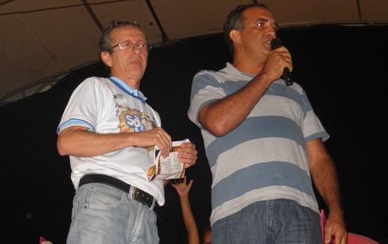 O presidente, Jaílton Araujo, ao lado do vice, anuncia o nomes dos ganhadores