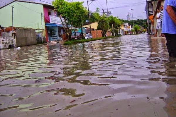 O Riacho que corta a cidade  transbordou e alagou diversas casas