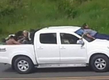 Momento que os assaltantes fogem com os reféns