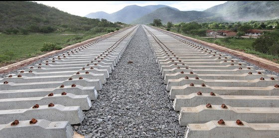 As obras da ferrovia começaram em 2010, a partir do litoral, mas logo mergulharam num emaranhado de problemas