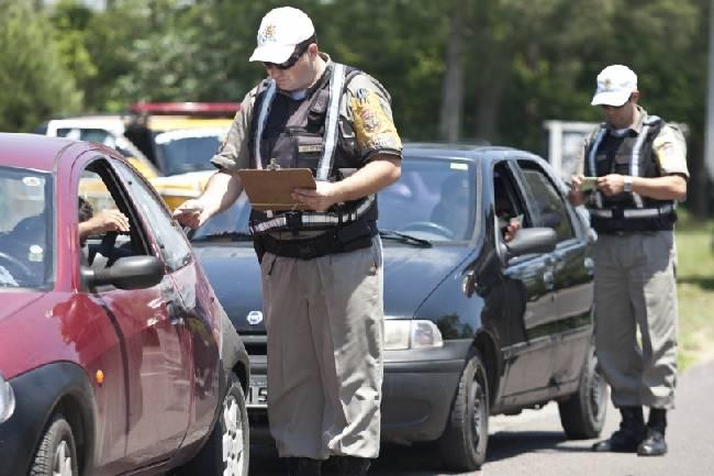 Os policiais já estão na pista autuando motoristas infratores