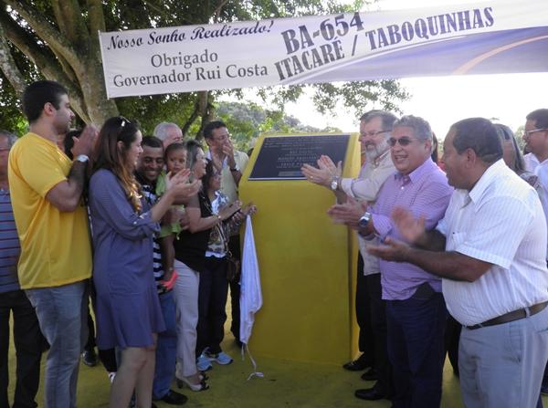 O governador, Rui Costa, ao lado do prefeito, Jarbas Barbosa, dos deputados, Marcelo Nilo, Josemberg Pinto e outras lideranças durante o ato inaugural do trecho da Rodovia BA-658
