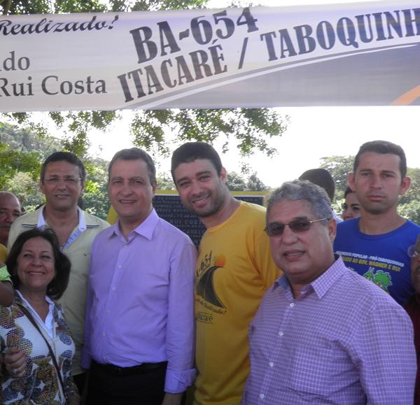 O governador ladeado pelo prefeito, Jarbas, o vereador Jarba Junior, a senadora, Lídice e o Lider do Movimento, Charles Gusmão