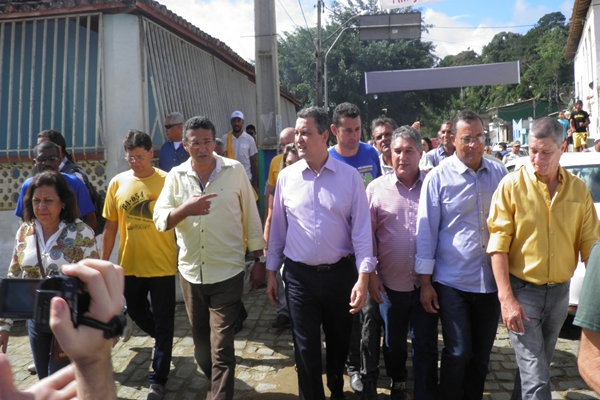 O governador seguiu a pé pelas ruas de Taboquinhas até o palanque oficial