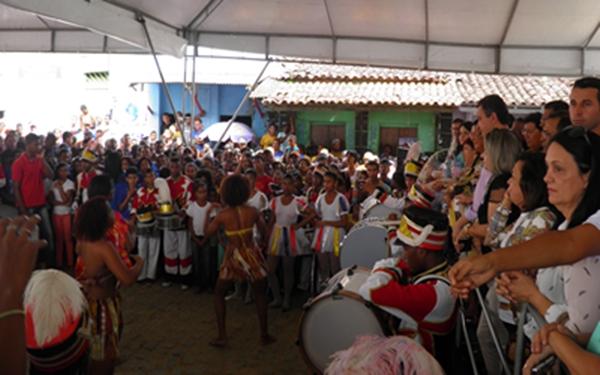 O governador no palanque e as lideranças politicas assistem a uma apresenta de dança