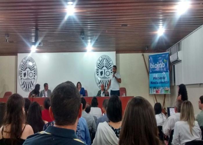 O estudante Hugo Henrique felando  para os colegas  de curso da importância  da participação nestes eventos