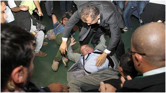 O deputado Heráclito Fortes (PSB-PI) foi derrubado nesta terça-feira (30) em um dos acessos ao salão verde da Câmara durante uma manifestação contra a Proposta de Emenda à Constituição (PEC)