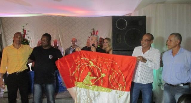 Os findadores e primeiros campeões exibem a primeira bandeira da ACC