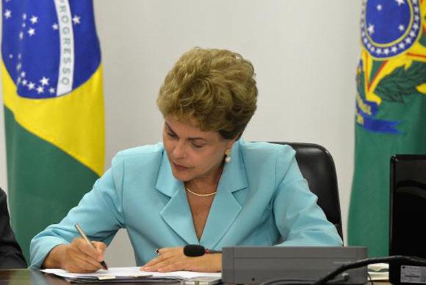 A MP foi assinada na tarde desta segunda-feira (6) pela presidente Dilma Rousseff, após encontro com ministros e representantes de centrais sindicais.