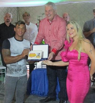 Isaquias Queiróz recebe placa de homenagem das mãos do prefeito Bêda Almeida e da secretária municipal de cultura, Bella Calheira (Foto: Luise Beatriz)