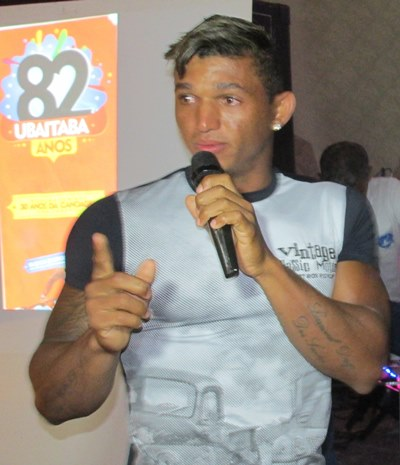 Emocionado, o canoísta Isaquías Queiroz agradeceu a todas as homenagens (Foto: Luise Betariz)