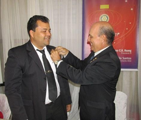 O novo presidente,Luciano Fahning recebe o distintivo do ex- Cledenor Soares
