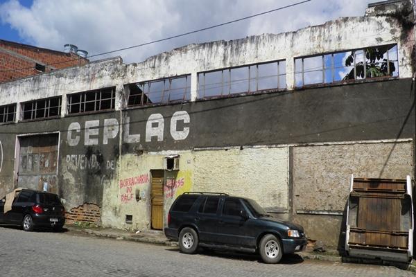 O deposito abandonado  briga pneus e carros velhos