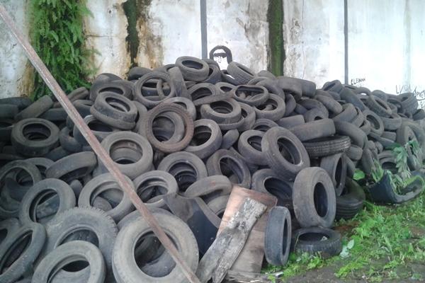 Milhares de pneus estão amontoados no local