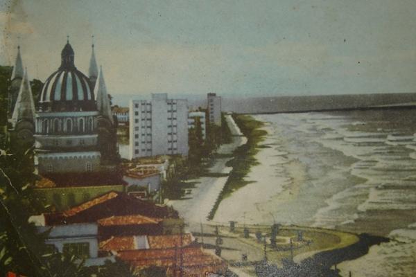 As ondas batiam na  Soares Lopes  antes da construção do Porto. (foto arquivo J. Tribunada Região)