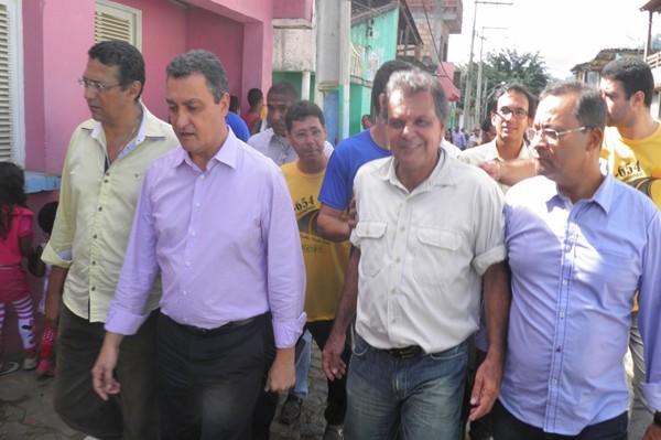 Jorge Loyola ao lado do governador pelas ruas de Taboquinhas (Foto: H. Hugo)