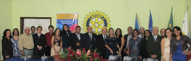 Rotarianos (as), senhoras da Casa da Amizade e autoridades ladeando o governador dos distrito