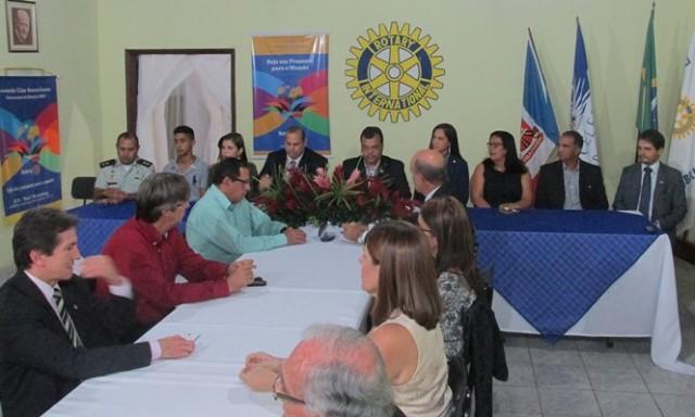 Rotarianos e autoridades na disposição da mesa do evento (Fotos: Luise Beatriz)
