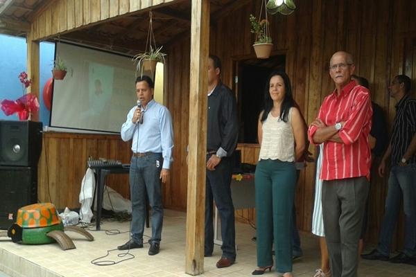 """O vereador Bruno Moisés, autor da indicação fala ao lado da prefeita e dos pais de """"Cacá"""
