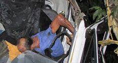 O motorista ficou preso nas ferragens