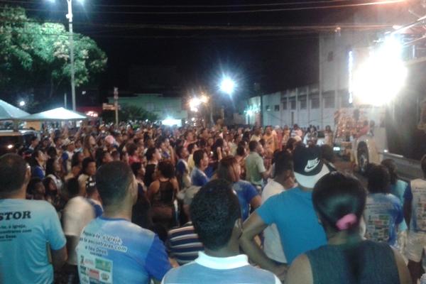 Centenas de pessoas aplaudiram e louvaram a Deus na praça Cultural