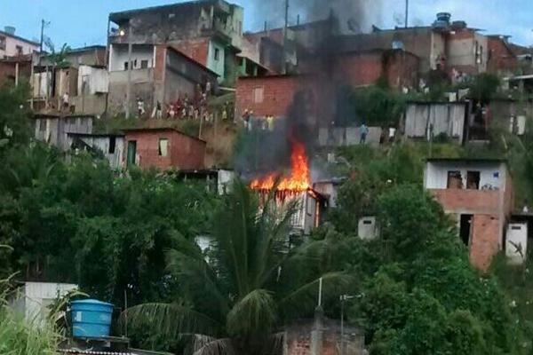 O fogo atingiu outros barracos rapidamente