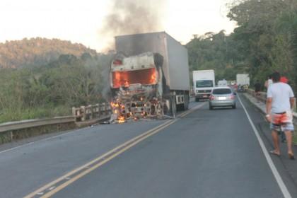 Caminhão pega fogo e ciclista morre em acidente (Foto: Rita Santos/Ibira Online)