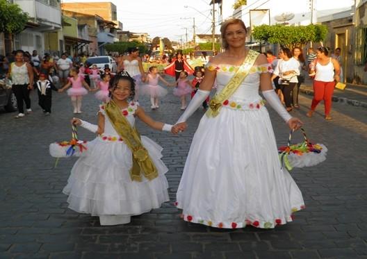 A Rainha e a Princesa na linha de frente do desfile