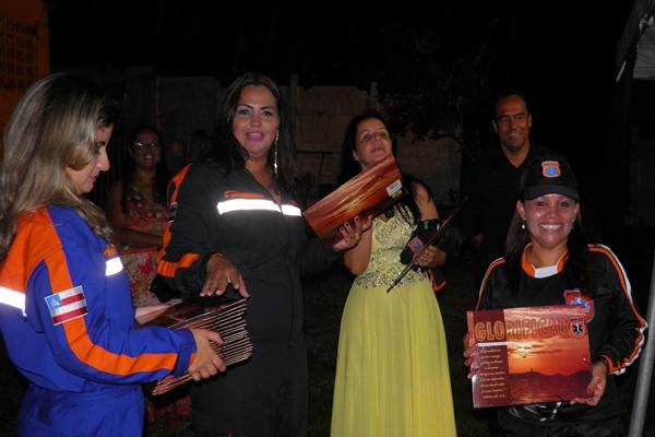 A prefeita Liu Andrade entrega certificados aos Regatista formandos