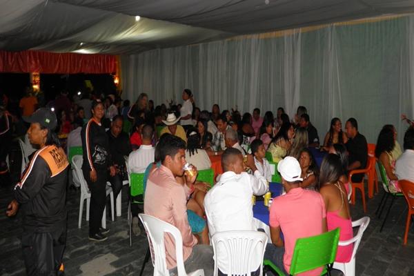 Regatistas e familiares durante a festa de formatrua