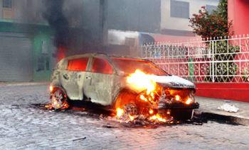 O carro do Promotor foi incendiado pela população