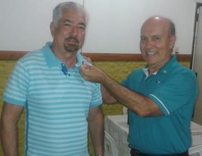 O rotariano Kekede Soares coloca o novo distintivo oficial.