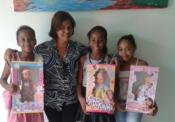 Norma Ribeiro, entrega presentes a crianças sorteadas no programa