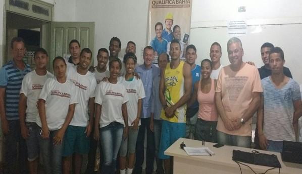 O deputado Bobô, o prefeito de Gandú, Ivo, propfessores, empresários e alunos  ladeados pelos alunos