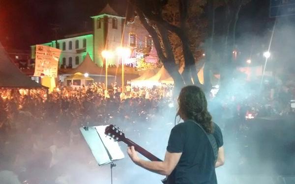 Milhares de pessoas lotaram a orla para curtir as Bandas (Foto: Carlos Gama)
