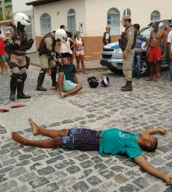 Os assaltantes Sergio (camisa listrada) e Douguinha ( camisa verde), foram surpreendidos pela vítima, um policial militar.